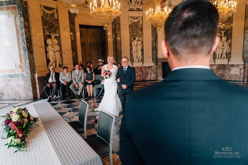 Hochzeitsfotograf Düsseldorf. Der Bräutigam sieht seine Braut zum ersten mal