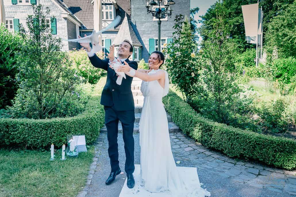 Hochzeitsfotograf Bonn weiße Tauben