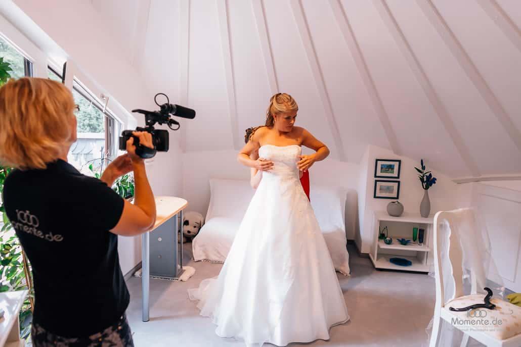 Hochzeitsvideo Bonn beim Ankleiden der Braut