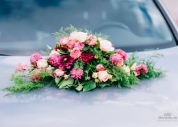 Brautauto mit üppigem Blumenschmuck