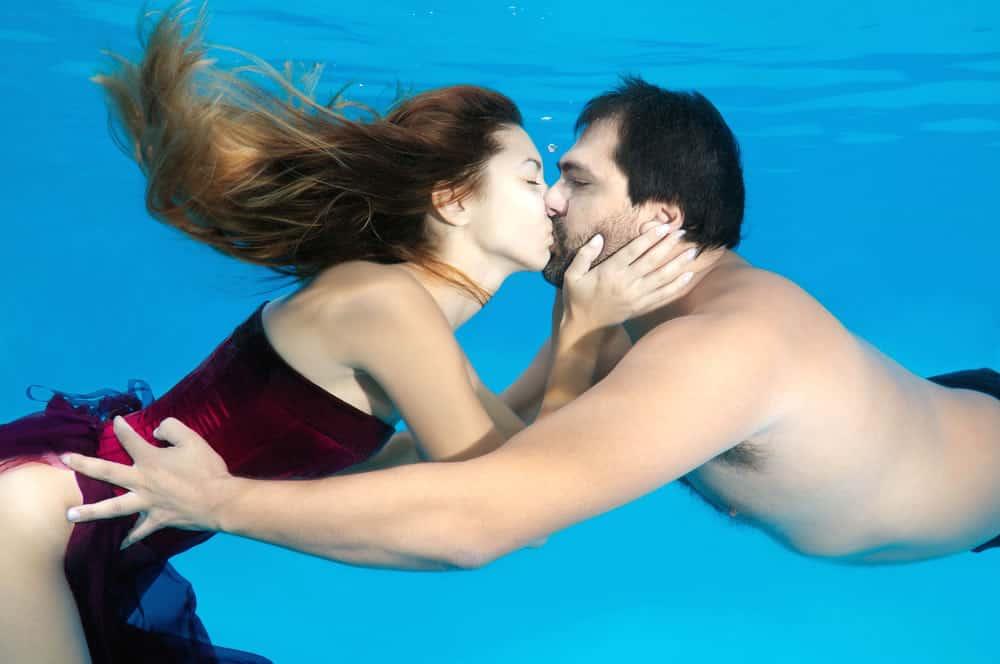 Paar Fotoshooting unter Wasser