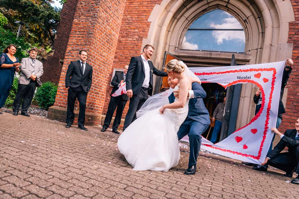 Hochzeitsherz zum Ausschneiden vor der Kirche